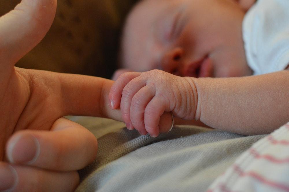 Meu bebê não dorme a noite toda: o que fazer?