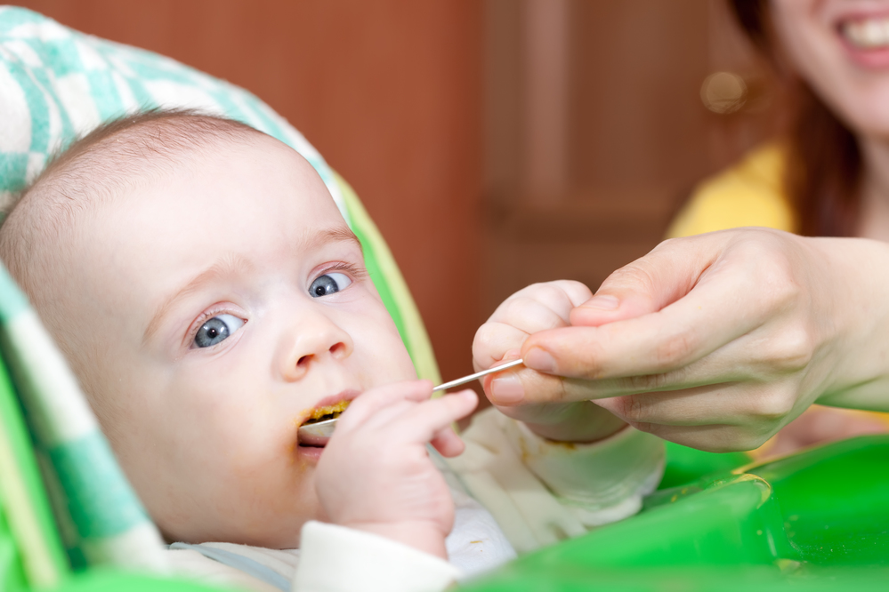 Como posicionar o bebê na cadeira de alimentação?