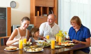 Jantar ou lanchar: descubra o que é o melhor para a sua família