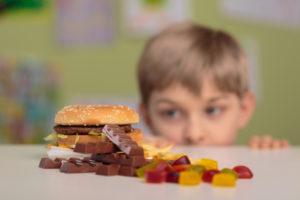 Quais alimentos não devem entrar na lancheira da criança?