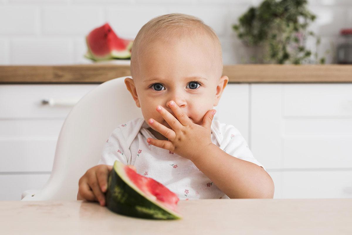 Como oferecer alimentos sólidos ao bebê na introdução alimentar?