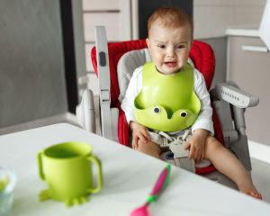 Se o bebê só quer mamar em vez de comer, o que fazer?